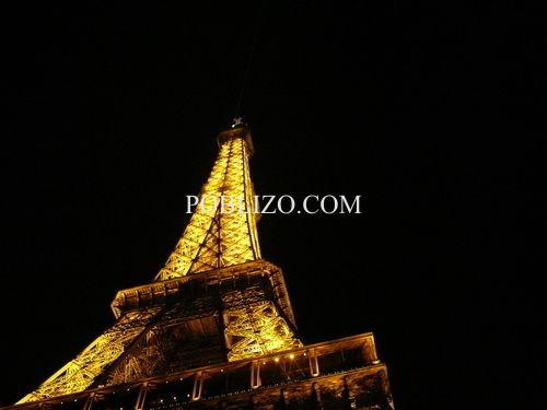 Осветената Айфелова кула