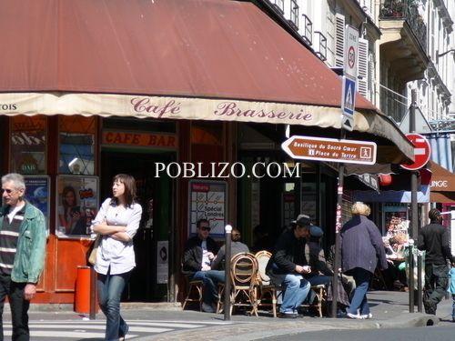 Типично по френски- гъсто насядали, с лице към улицата