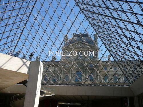 Изглед от вътрешността на пирамидата към крилото Ришельо на Лувъра