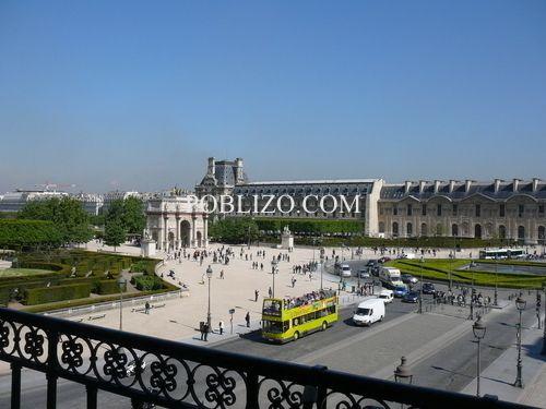 Изглед от балкона на галерия Денон към двора на Лувъра