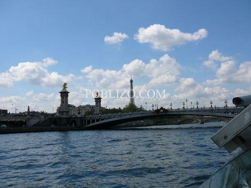 Изглед към моста на Александър III и Айфеловата кула от корабче в Сена