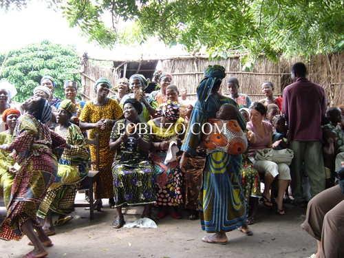 Африкански жени танцуват