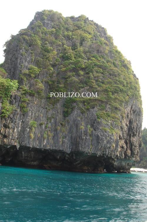 Скала от острова, на който е сниман филмът Плажът