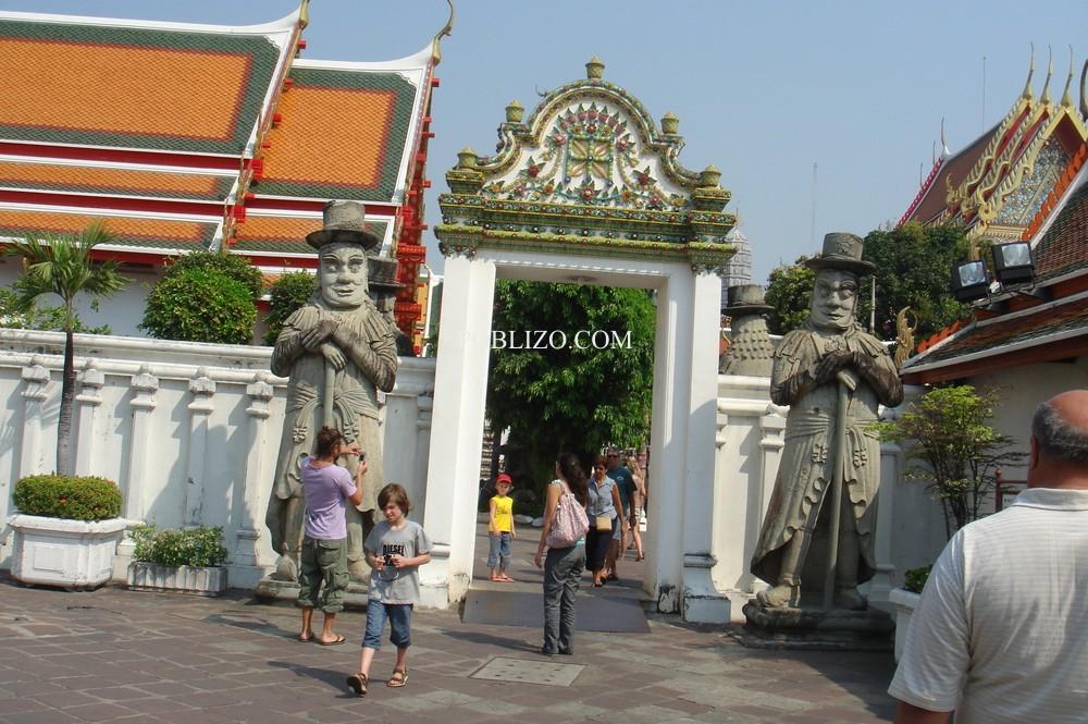Статуи на входа на будистки храм