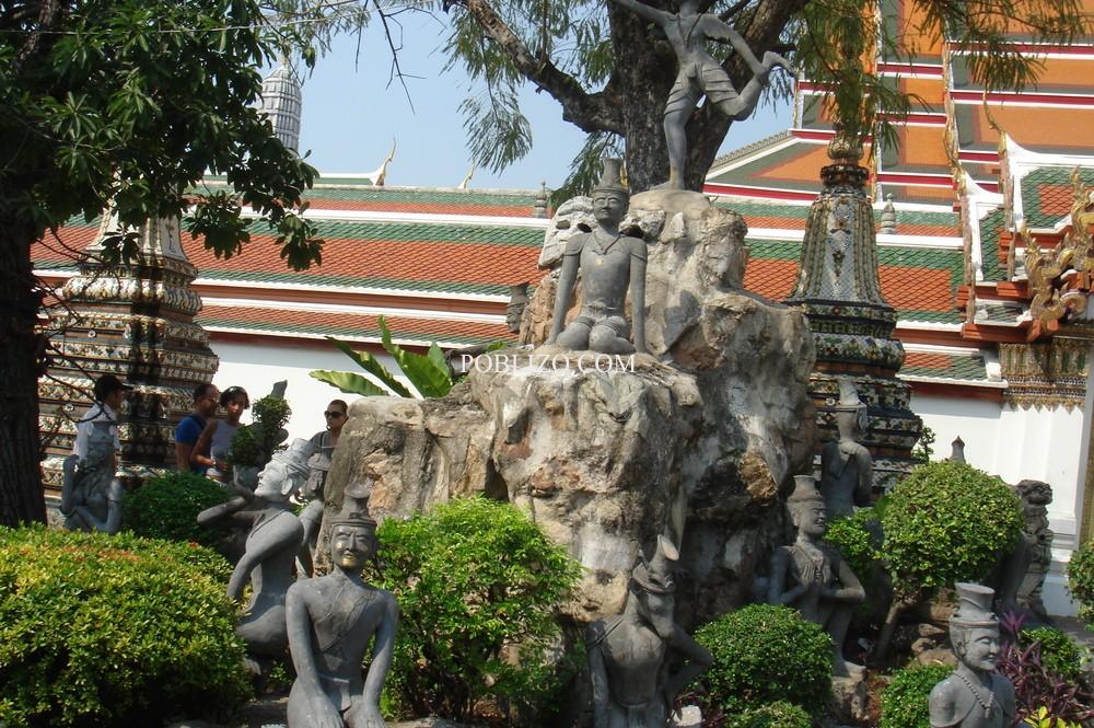 Статуи в градината на будистки храм