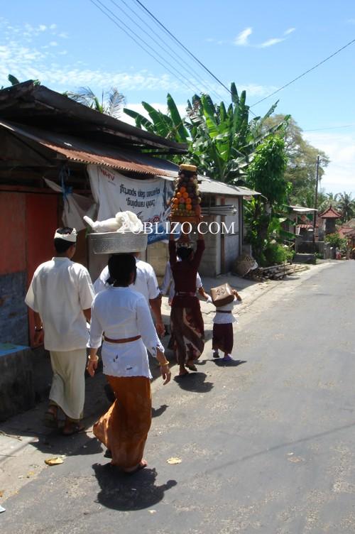 Балийци отиват на поклонение