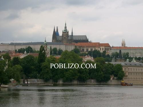 Гледка към Храдчани от корабче по Вълтава