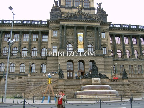 Пред входа на Националния музей в Прага