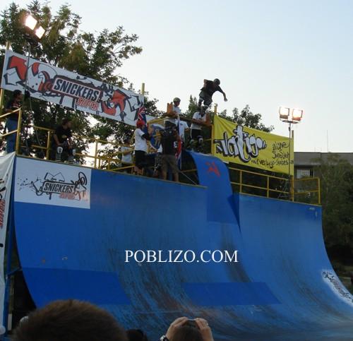 Кирил Траянов скача от дървена пейка, поставена над рампата