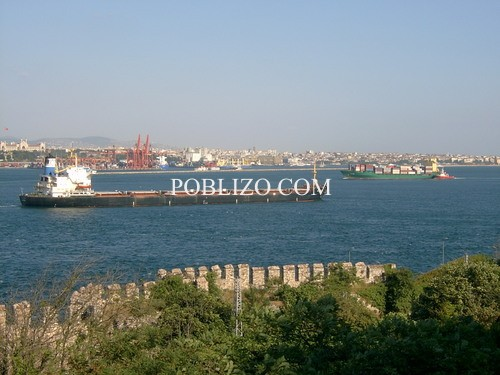 Танкери преминават Босфора