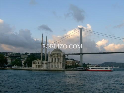 Гледка от лодка в Босфора