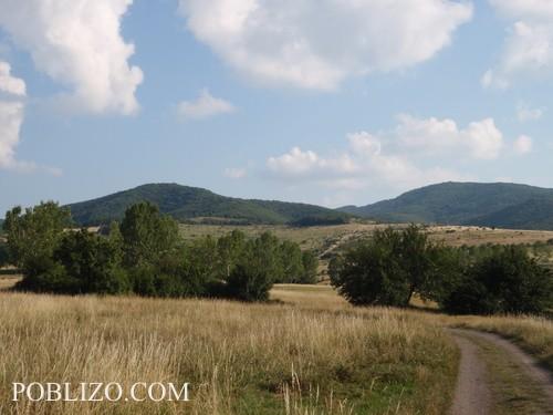 Пътят навръщане от билото на планината, който слиза в Банкя покрай резиденцията