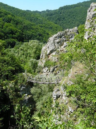 Красота и адреналин - едно от мостчетата над реката