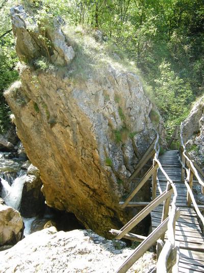 Отново пресичаме Ерма, това е й най-ниската точка от маршрута, почти на нивото на водата - оттук започва изкачването към наблюдателната площадка на скалата Манастирище