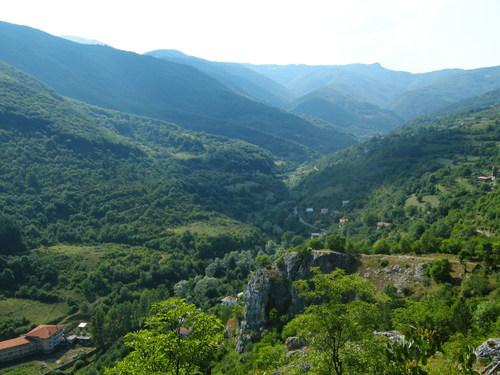 Гледката от върха в посока Сърбия, в близък план село Ломница