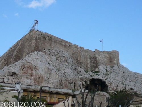 Изглед към Акропола от подножието на хълма