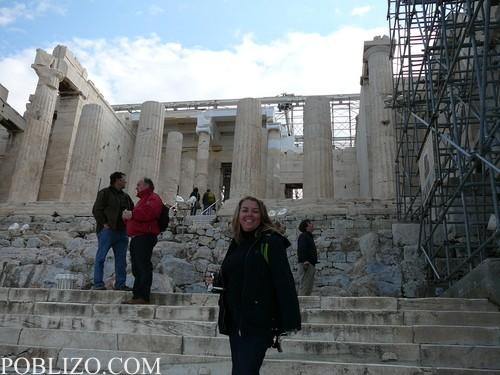 На входа на храма на Нике