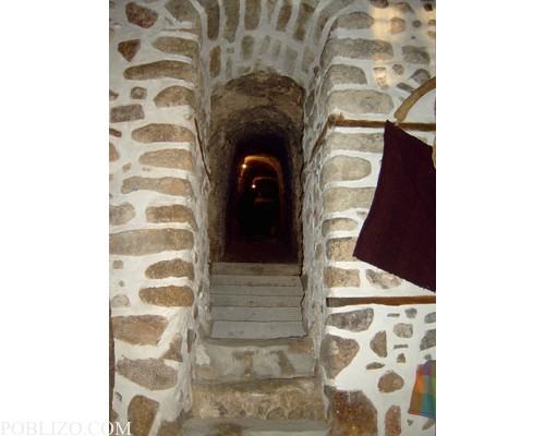 Входът към тунела на избата