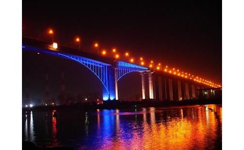 Красиво е... Вечер и докато не караш из дупките по моста