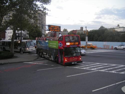 Туристически автобус на вечерна обиколка в Бруклин