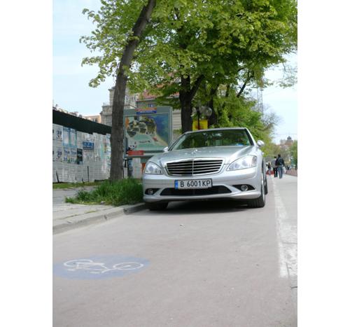 Ама ха - нагли колоездачи - ще карат по местата за паркиране...