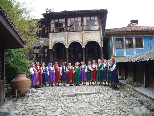 Баби пеят пред Ослековата къща