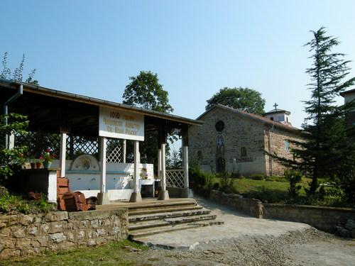 В двора на Чипровския манастир