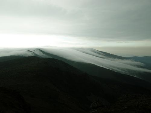 Поглед на северозапад, към билото на Стара планина. Някъде в тези облаци е и връх Миджур