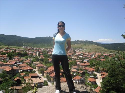 Аз върху скалата и панорамна гледка към града