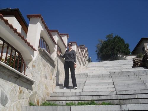 На стълбите към хълма