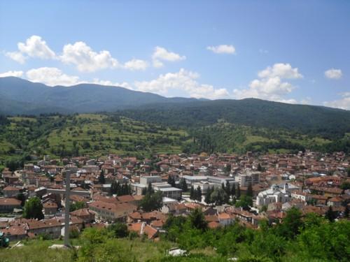Панорамна гледка от хълма към града