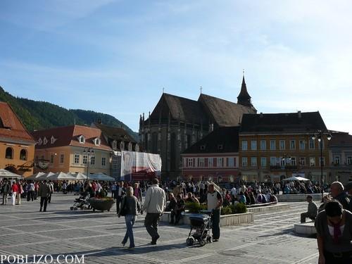 Площадът и Черната църква в дъното