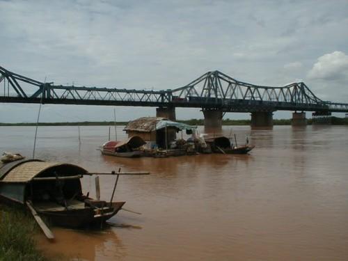 Червената река, заобикаляща Ханой