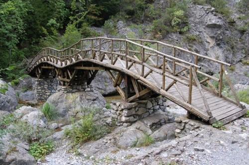 Едно от седемте мостчета по пътеката през каньона на река Енипеас