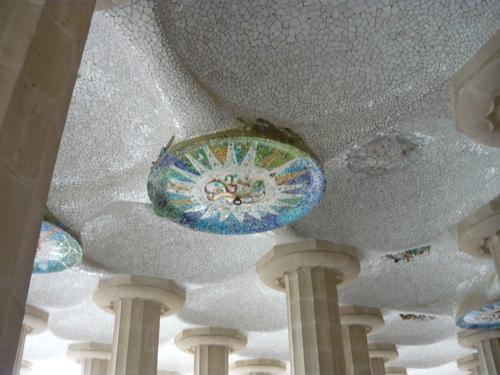 Целият таван е с керамична мозайка