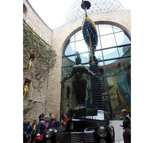 Сюрреалистичният паметник