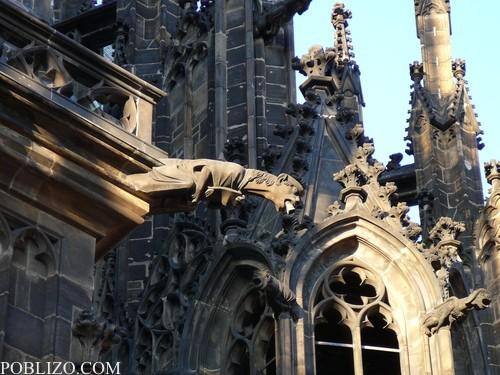 Статуи украсяват кулите на Свети Вит