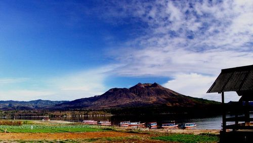 Вулканът и езерото Батур