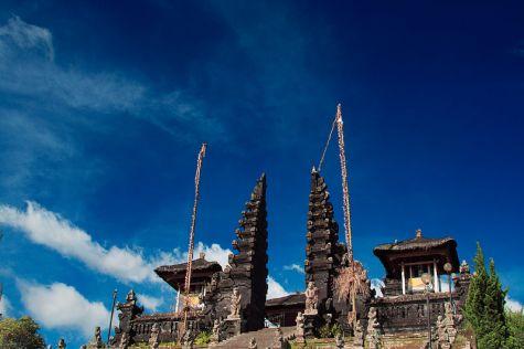Храмът Бесаки