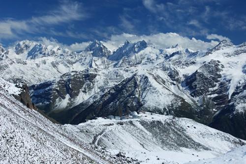 Поглед към Кавказ с обсерваторията на преден план