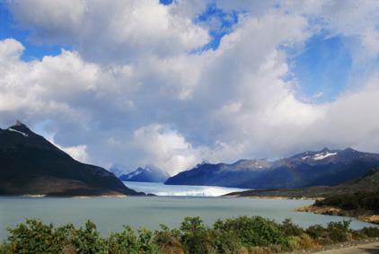 В далечината - ледникът Перито Морено