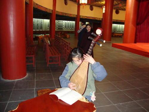 Девойка свири на пипа