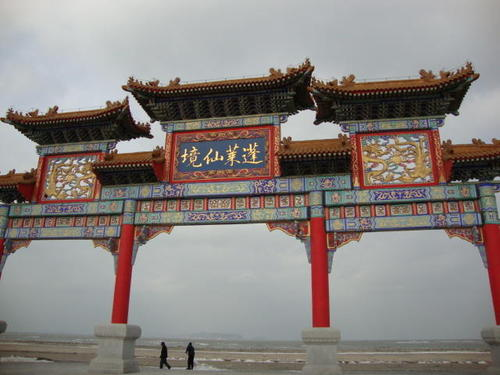 Арката на входа на комплекса Трите свещени планини