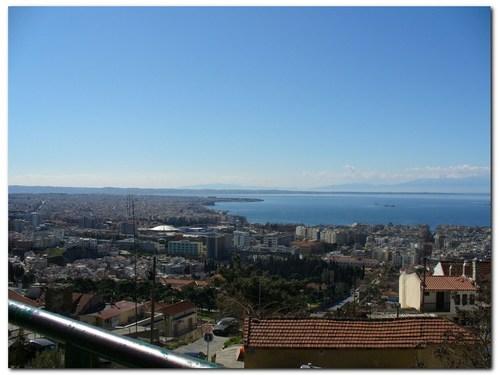 Гледка към централната част на Солун и морето