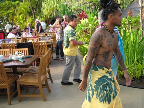 Хавайски сервитьор в традиционно вечерно облекло