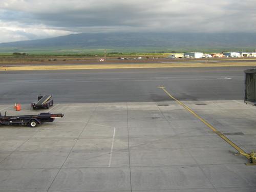 Летище Кахулуи. В дъното е вулканът Халеакала