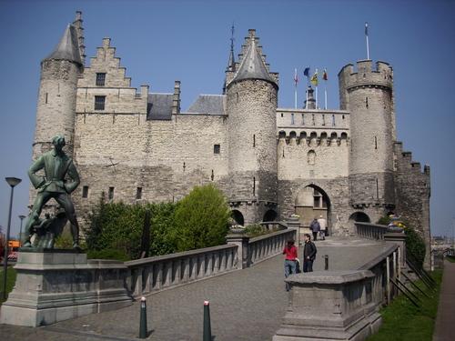 Замъкът Хет Стийн с великана, който се предполага, че е живял в него, отново в Антверпен