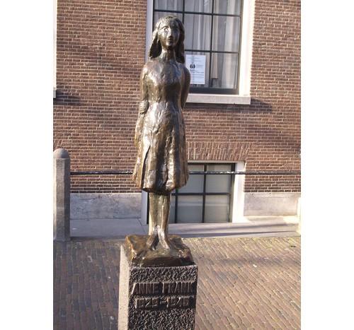 Статуята на еврейката Ане Франк в Амстердам – Холандия, станала известна след смъртта си с публикувания й дневник, в който описва живота си. Снимката е направена пред музея.