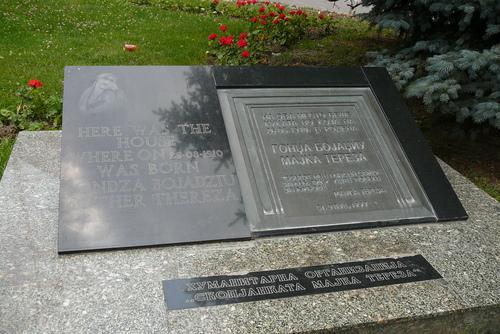 Паметната плоча, на мястото на родната къща на Майка Тереза