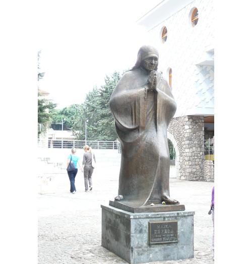 Паметникът на Майка Тереза